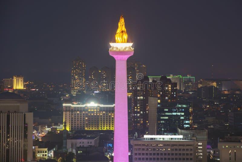 De de stadshorizon van Djakarta met iconisch symbool houdt van Nationaal Monument Monas bij nacht royalty-vrije stock afbeeldingen