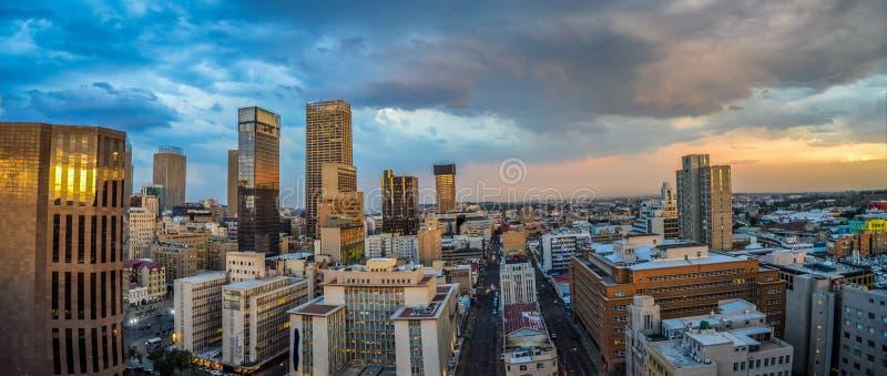 De stadshorizon van Johannesburg en hisgh stijgingstorens en gebouwen royalty-vrije stock foto's