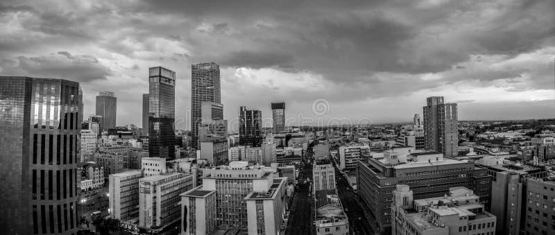 De stadshorizon van Johannesburg en hisgh stijgingstorens en gebouwen royalty-vrije stock afbeeldingen