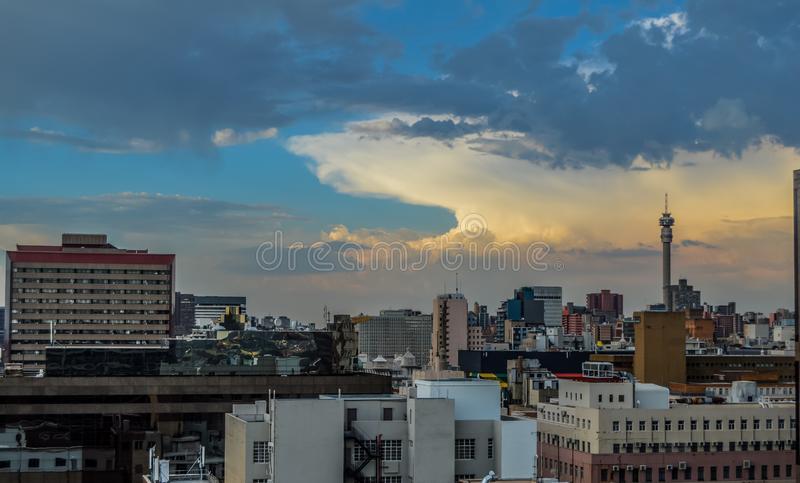 De stadshorizon van Johannesburg en hisgh stijgingstorens en gebouwen stock afbeeldingen