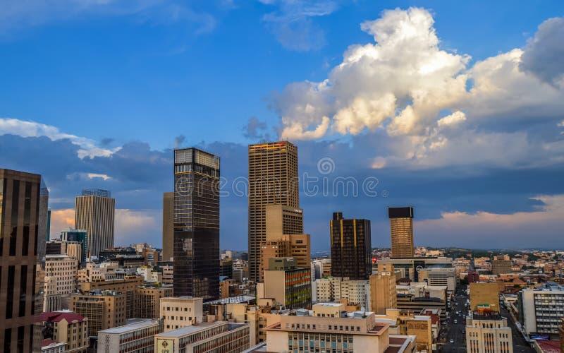De stadshorizon van Johannesburg en hoge stijgingstorens en gebouwen royalty-vrije stock foto's