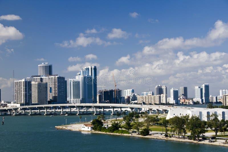 De stadshorizon van Miami met brug stock afbeeldingen