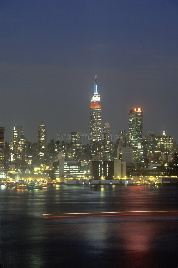 De Stadshorizon van New York bij nacht zoals die van Weehawken, New Jersey wordt gezien royalty-vrije stock afbeelding