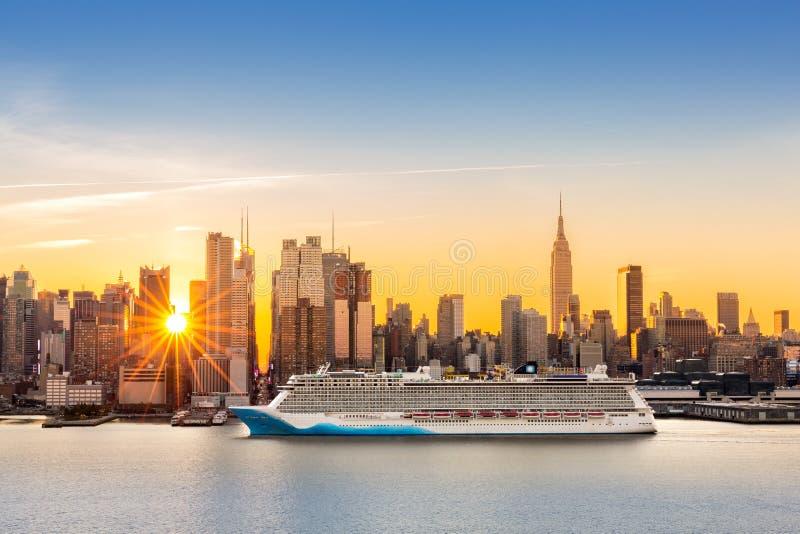 De stadshorizon van New York bij zonsopgang royalty-vrije stock foto