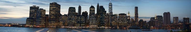 De Stadshorizon van New York de brug van van Brooklyn, Brooklyn wordt gezien, de Rivier van het Oosten, wolkenkrabbers, na zonson royalty-vrije stock foto