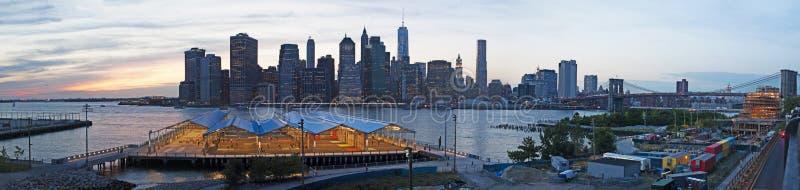 De Stadshorizon van New York de brug van van Brooklyn, Brooklyn wordt gezien, de Rivier van het Oosten, wolkenkrabbers, zonsonder royalty-vrije stock afbeelding