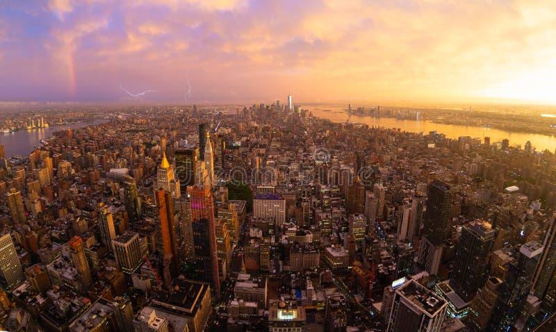 De Stadshorizon van New York met de wolkenkrabbers van Manhattan bij dramatische stormachtige zonsondergang, de V.S. royalty-vrije stock afbeeldingen
