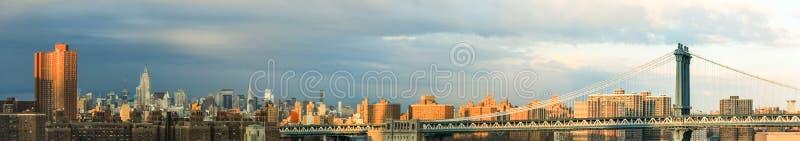 De Stadshorizon van New York in zonsondergang of zonsopganglicht royalty-vrije stock afbeeldingen