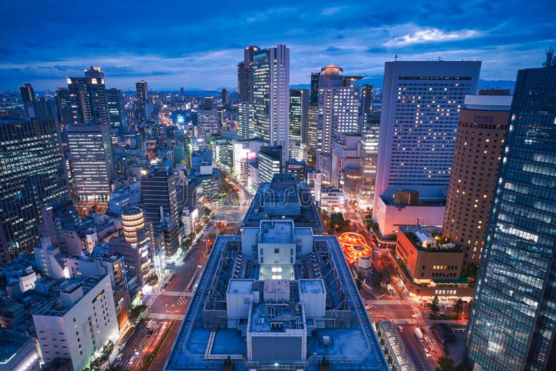 De stadshorizon van Osaka - commerci?le van Azi? moderne stad, cityscape de mening van het vogelsoog in avond royalty-vrije stock afbeelding