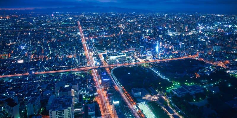 De stadshorizon van Osaka - commerci?le van Azi? moderne stad, cityscape de mening van het vogelsoog bij nacht royalty-vrije stock foto's