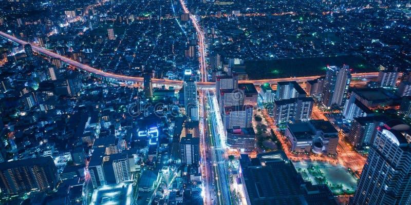 De stadshorizon van Osaka - commerci?le van Azi? moderne stad, cityscape de mening van het vogelsoog bij nacht royalty-vrije stock afbeelding