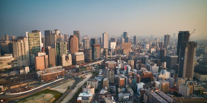 De stadshorizon van Osaka - commerci?le van Azi? moderne stad, cityscape de mening van het vogelsoog bij zonsondergang royalty-vrije stock foto