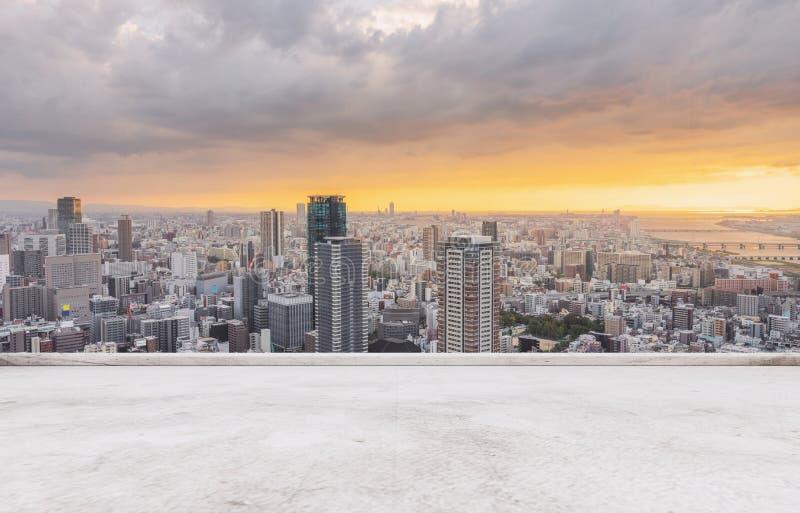 De stadshorizon van Osaka, het bedrijfsdistrict van de binnenstad in zonsondergang met concrete vloer royalty-vrije stock fotografie