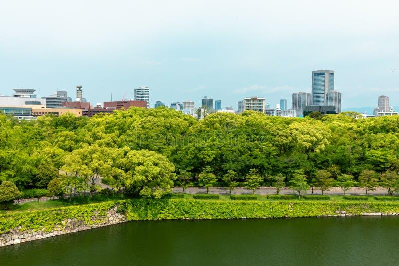 De stadshorizon van Osaka, Japan bij het kasteel en bedrijfspark in stock fotografie