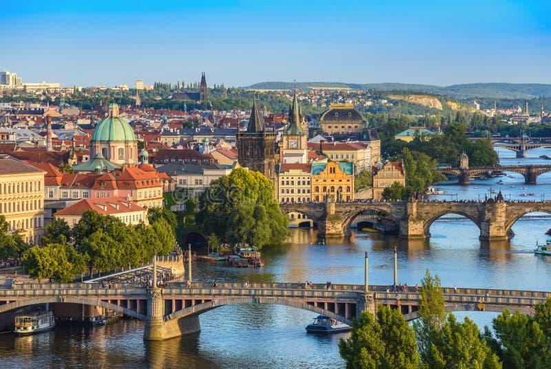 De stadshorizon van Praag stock afbeelding