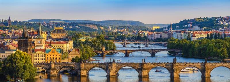 De stadshorizon van Praag stock afbeeldingen