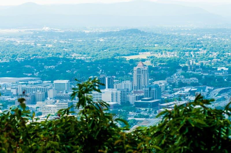 De stadshorizon van Roanokevirginia op een zonnige dag stock afbeeldingen