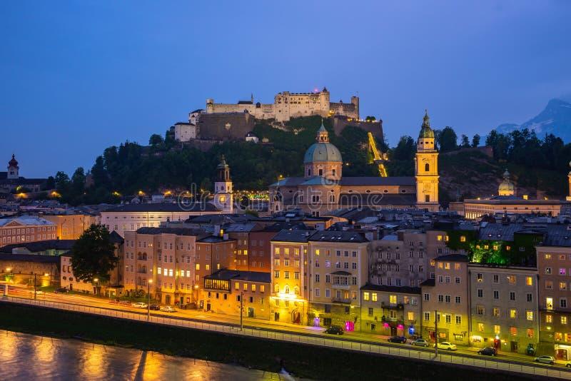 De stadshorizon van Salzburg bij nacht in Salzburg, Oostenrijk royalty-vrije stock afbeelding