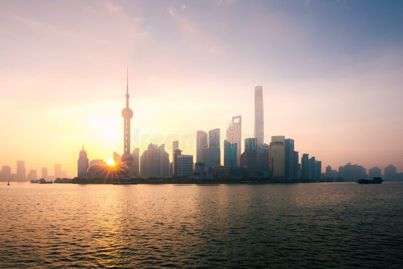 De stadshorizon van Shanghai, China tijdens zonsopgang op de Huangpu-Rivier royalty-vrije stock foto's