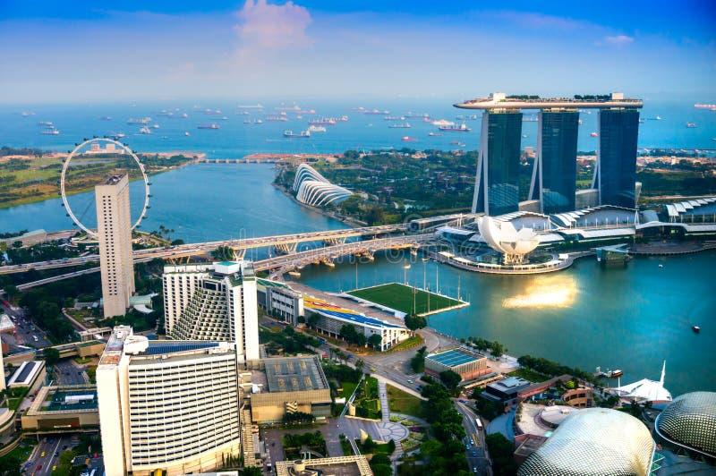 De stadshorizon van Singapore bij zonsondergang. stock afbeelding