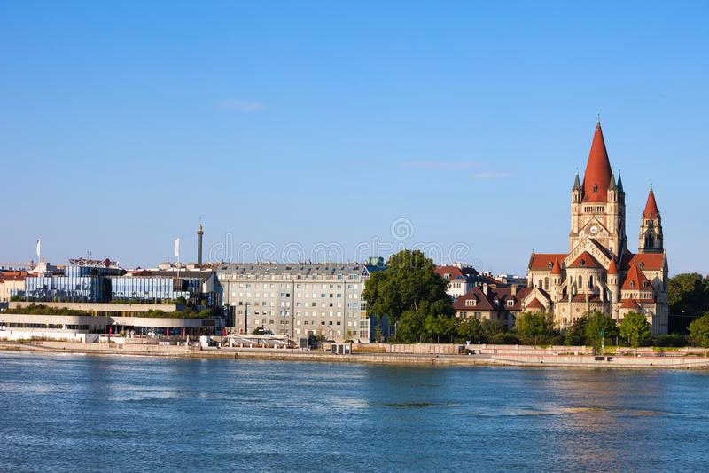 De Stadshorizon van Wenen van de Rivier van Donau royalty-vrije stock afbeeldingen