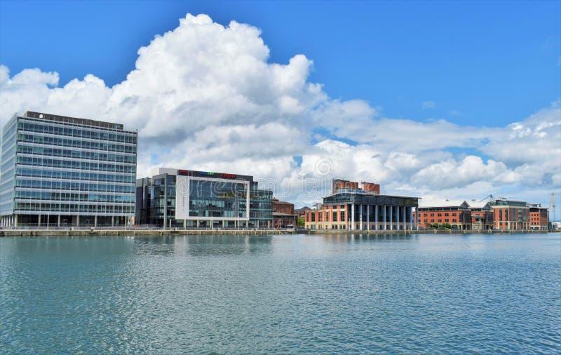 De Stadskaden van Belfast onder wolken stock afbeelding