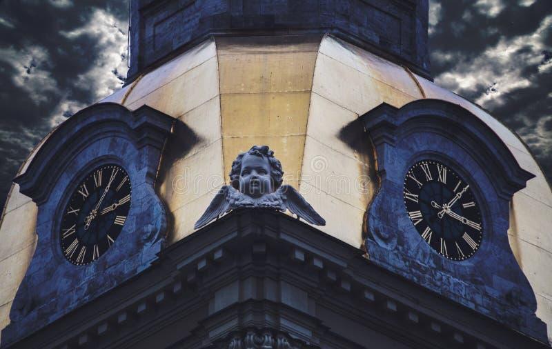De stadsklok wordt gevestigd in de toren van Peter en Paul Fortress stock foto