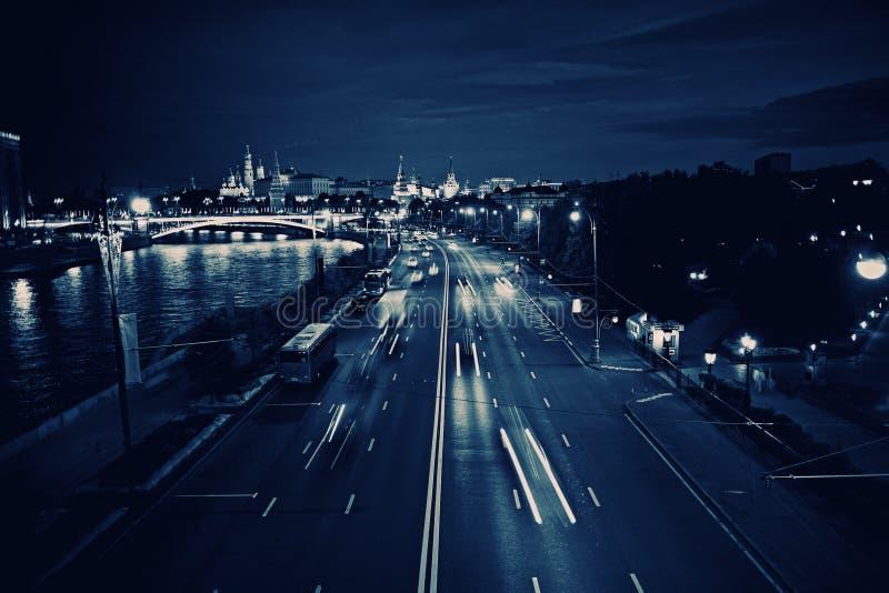 De stadslichten van nachtenmoskou stock fotografie
