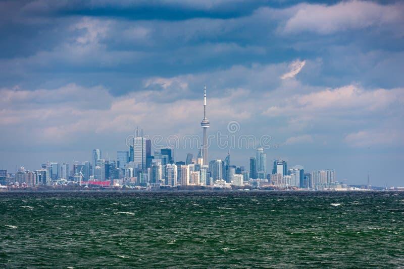 De de stadslijn van de binnenstad van Toronto, mening van Meer Ontario op stormachtig weer royalty-vrije stock foto's