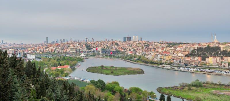 De stadsmening die van Istanboel van Pierre Loti Teleferik-post Gouden Hoorn, Eyup-District, Istanboel, Turkije overzien stock afbeelding
