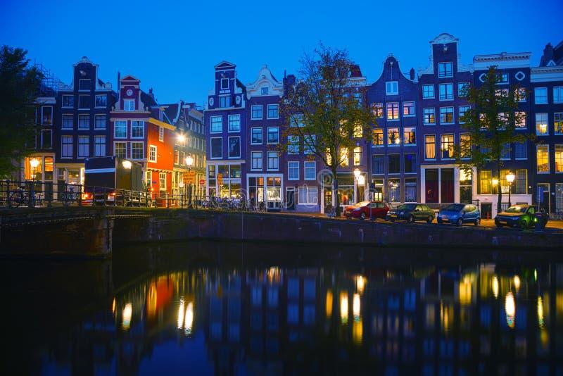 De stadsmening van Amsterdam met kanalen stock fotografie