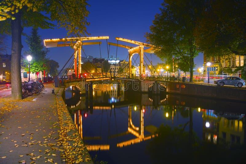 De stadsmening van Amsterdam met kanalen en bruggen royalty-vrije stock foto