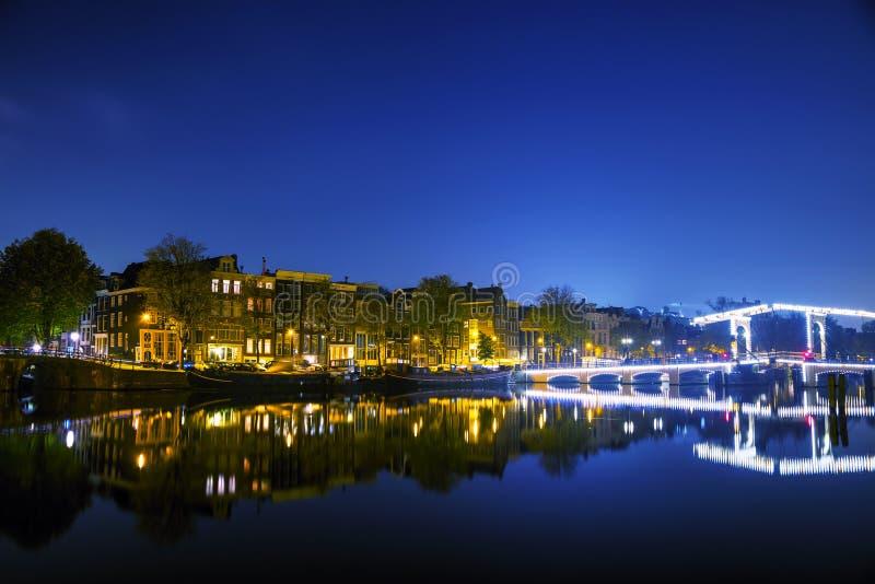 De stadsmening van Amsterdam met kanalen en bruggen royalty-vrije stock afbeelding