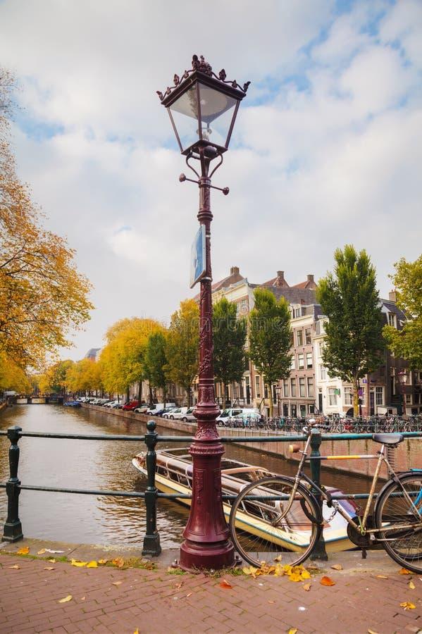 De stadsmening van Amsterdam met kanalen en bruggen stock afbeelding