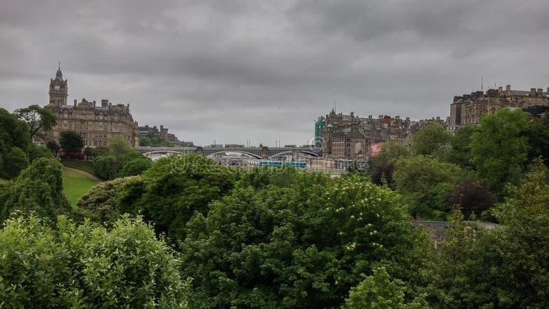 De stadsmening van Edinburgh zoals die van Waverly-Station wordt gezien royalty-vrije stock fotografie
