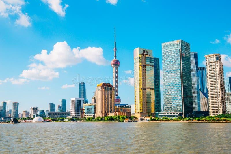 De stadsmening van Shanghai met Oosterse pareltoren en Huangpu-rivier in China royalty-vrije stock foto's