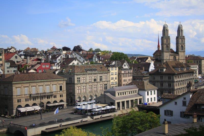 De stadsmening van Zürich op een heldere zonnige dag stock fotografie
