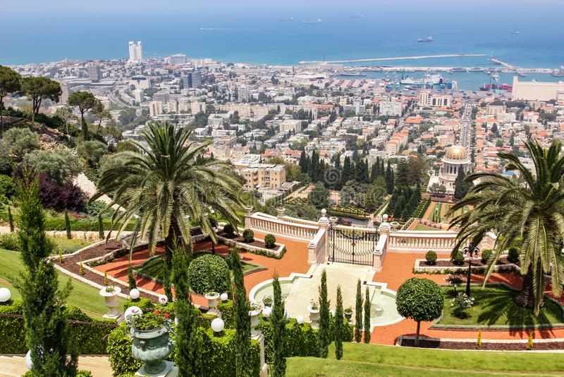 De stadsmening vanaf de bovenkant van Bahai tuiniert in Haifa in Israël royalty-vrije stock foto's