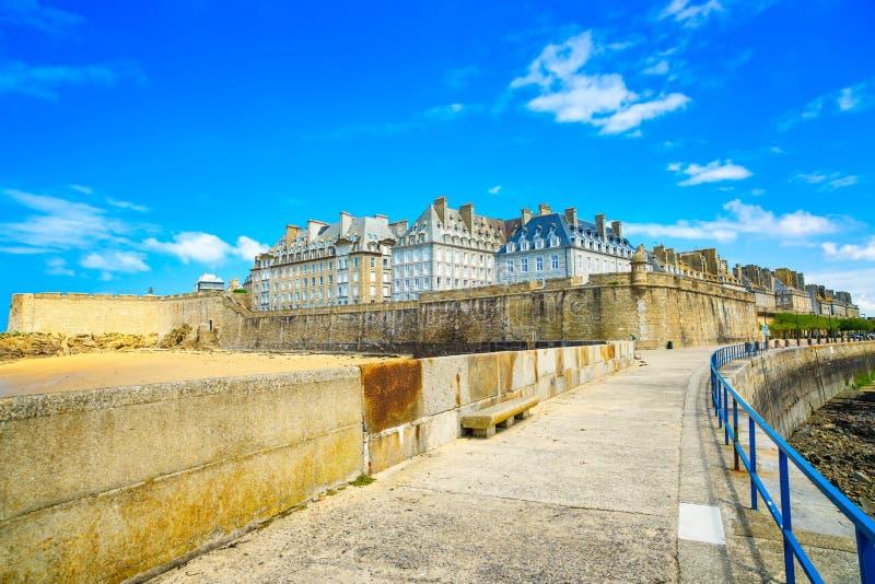 De stadsmuren en strand van heilige Malo. Bretagne, Frankrijk. stock foto's
