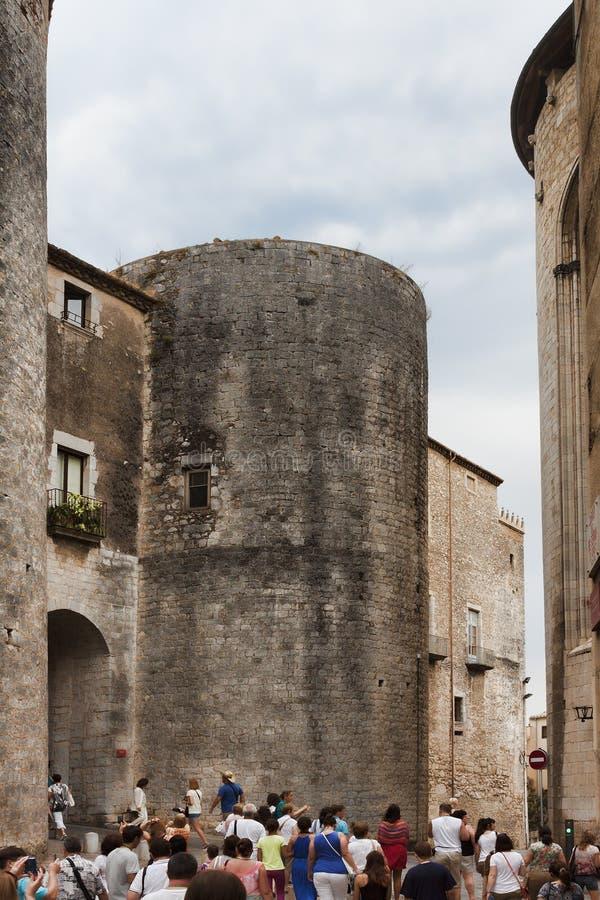 De stadsmuren in Girona, de langste vestingwerken in Europa tijdens Carolingian regeren XI eeuw aantrekken altijd toeristen stock fotografie