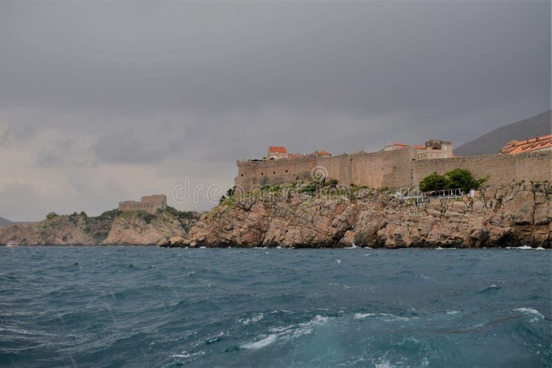 De stadsmuren van Dubrovnikkroatië in bewolkt weer royalty-vrije stock fotografie