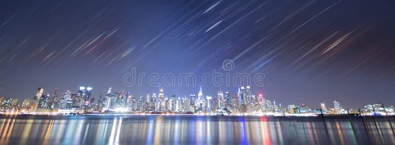 De stadsnacht van New York met regenboogstrepen stock afbeeldingen