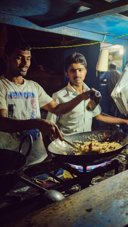 De stadsstraat van Bangalore, kokende rijst royalty-vrije stock afbeelding