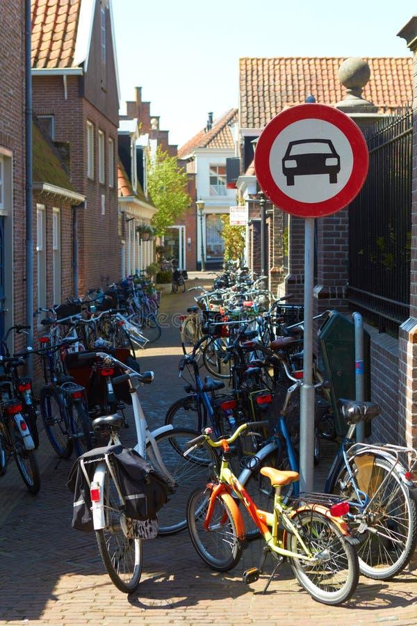 De stadsstraat van Holland geen auto'sverkeersteken: de fietsen van pedaalcycli slechts het parkeren stock fotografie