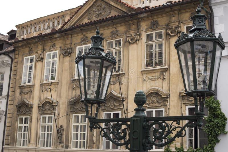 De stadsstraatlantaarn van Praag en architecturaal detail royalty-vrije stock foto