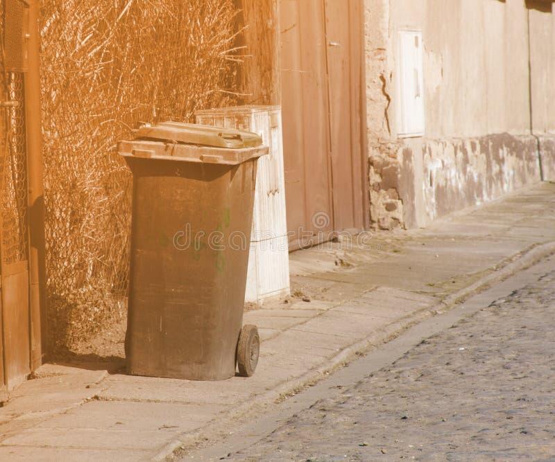 De Stadsstraten van de huisvuilbak stock foto's