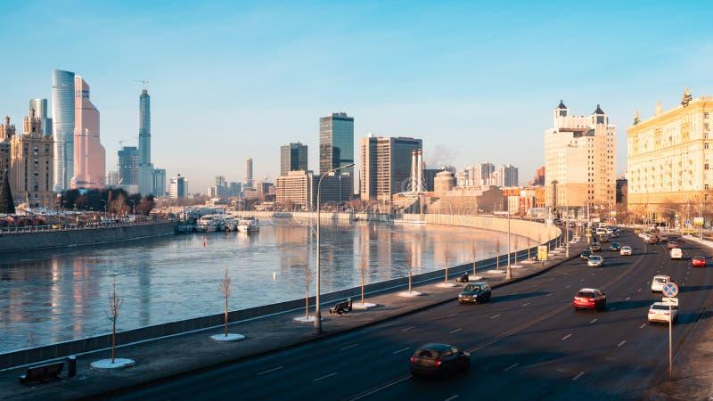 De stadsstraten van Moskou en stadshorizon De riviermening van Moskou stock afbeeldingen