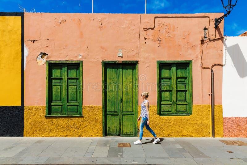 de stadsstraten van Puerto de la Cruz van de vrouwengang royalty-vrije stock afbeelding