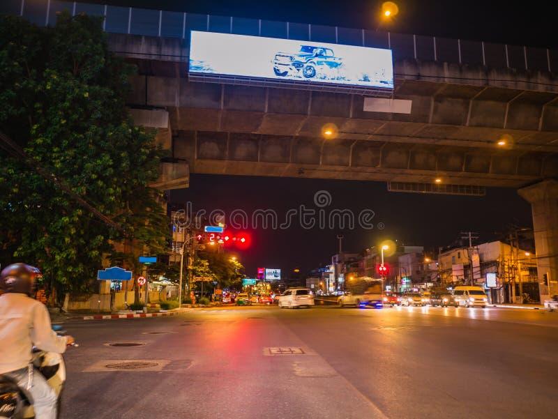 De Stadsverkeer van Bangkok in de nacht met motiedienst van de auto stock afbeeldingen