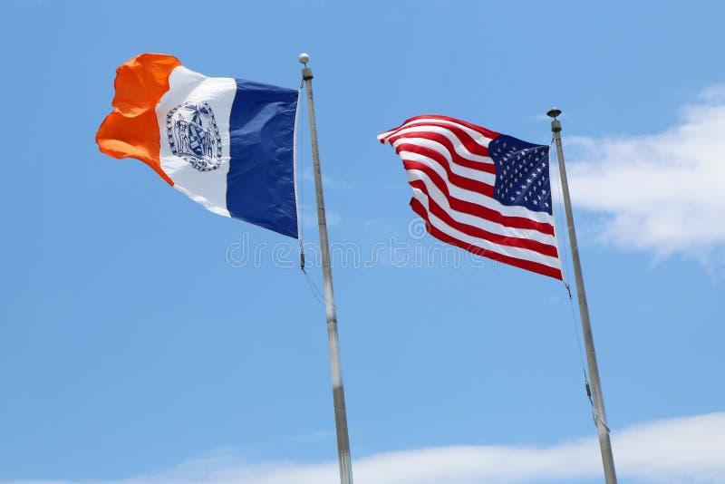 De Stadsvlaggen van Amerikaan en van New York in New York royalty-vrije stock afbeeldingen